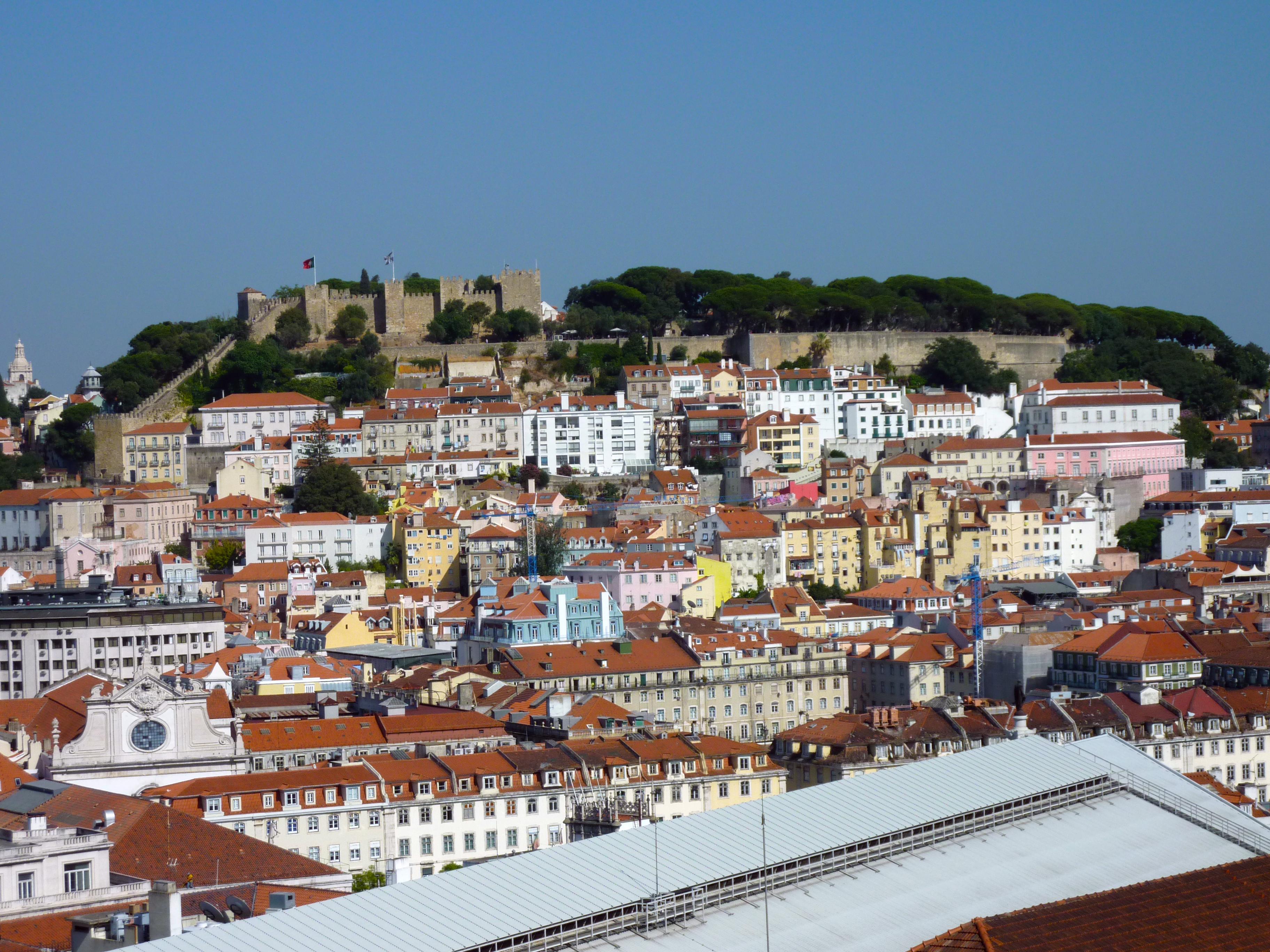 Sorge un nuovo giorno su Lisbona. Il cielo terso promette un'altra m